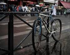 Actualités vélo : Deux-roues attachés au mobilier urbain et en état manifeste d'abandon